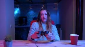 Lanzamiento del primer del blogger femenino atractivo joven con los dreadlocks que juegan a los videojuegos usando fluir de la vi almacen de video