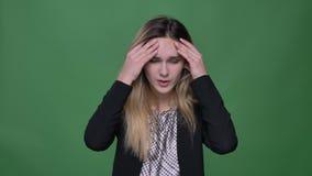 Lanzamiento del primer del caucásico atractivo joven del inconformista femenino teniendo un dolor de cabeza y que es agotado con  almacen de video