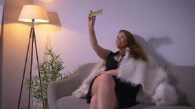 Lanzamiento del primer del caucásico bonito atractivo regordete femenino con los pechos grandes que tienen una llamada video en e metrajes