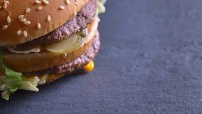 Lanzamiento del primer del cheeseburger souble sabroso con dos empanadas y quesos que hacen girar alrededor en el movimiento almacen de video