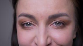 Lanzamiento del primer de la cara femenina caucásica atractiva adulta con los ojos que miran derecho la cámara con la expresión a almacen de video