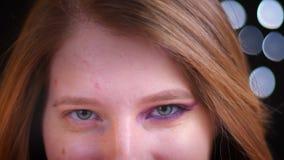 Lanzamiento del primer de la cara femenina caucásica atractiva joven con medio maquillaje aplicado almacen de metraje de vídeo
