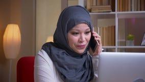 Lanzamiento del primer de la empresaria musulmán adulta en el hijab que tiene una conversación formal sobre el teléfono mientras  metrajes