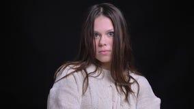 Lanzamiento del primer de la hembra caucásica atractiva joven que hace diversas expresiones faciales y que presenta delante de la almacen de video