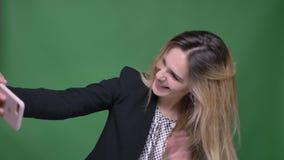 Lanzamiento del primer de la hembra caucásica del inconformista atractivo joven que tiene una llamada video en el teléfono con el almacen de metraje de vídeo