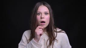 Lanzamiento del primer de la hembra caucásica morena bonita joven que es chocada y sorprendida con un chisme metrajes