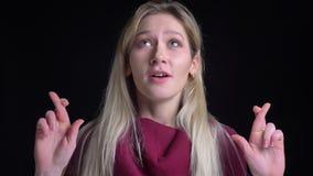 Lanzamiento del primer de la hembra rubia bastante caucásica que hace sus fingeres cruzar con esperanza y ansiedad metrajes