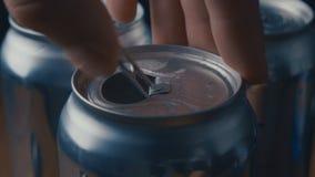 Lanzamiento del primer de la mano que abre la poder de la cerveza, de la soda o de la bebida de la energía con el sonido metrajes