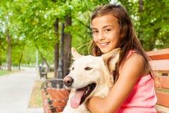 Lanzamiento del primer de la muchacha con su perro Foto de archivo