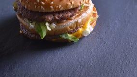 Lanzamiento del primer de la parte inferior del cheeseburger doble que gira en el movimiento metrajes