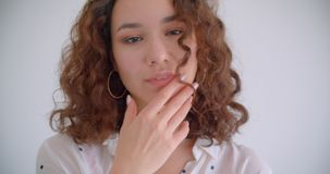 Lanzamiento del primer de la sonrisa femenina del caucásico rizado de pelo largo bonito joven en cámara feliz de mirada con el fo almacen de video