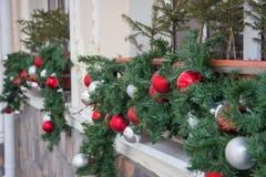 Lanzamiento del primer de las bolas de la decoración de la Navidad en un frente del café Imágenes de archivo libres de regalías
