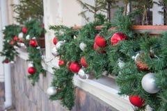 Lanzamiento del primer de las bolas de la decoración de la Navidad en un frente del café Imagenes de archivo