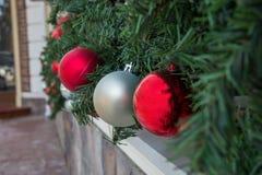 Lanzamiento del primer de las bolas de la decoración de la Navidad del vidrio y de la rama de árbol de abeto Imagen de archivo