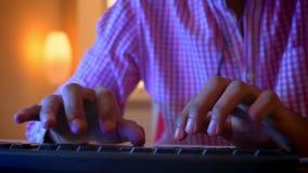 Lanzamiento del primer de las manos masculinas indias de los bloggers que mecanograf?an en el teclado dentro en un apartamento ac almacen de metraje de vídeo