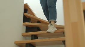 Lanzamiento del primer de las piernas femeninas lindas jovenes que caminan abajo en un apartamento acogedor almacen de metraje de vídeo