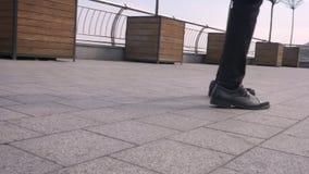 Lanzamiento del primer de las piernas masculinas de entretenimiento que hacen un juego de piernas asombroso y que bailan en el ai almacen de video