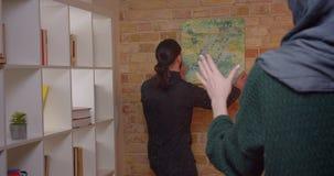 Lanzamiento del primer de los pares musulmanes atractivos jovenes que establecen en un apartamento nuevamente dentro comprado Hom almacen de video