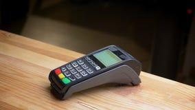 Lanzamiento del primer de un terminal del pago que es utilizado para el pago por la tarjeta de crédito en el lugar de trabajo de foto de archivo