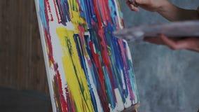 Lanzamiento del primer de una tecnología de pintura moderna sin los cepillos y el aceite Ella pinta con una espátula y un paleta- libre illustration