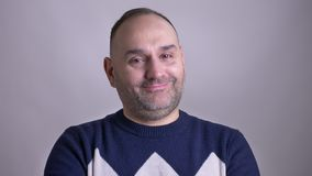 Lanzamiento del primer del hombre barbudo caucásico adulto que sonríe y que cabecea su cabeza en el símbolo del acuerdo almacen de video
