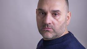 Lanzamiento del primer del hombre caucásico de mediana edad que da vuelta a la cámara y que mira adelante con la expresión facial almacen de metraje de vídeo