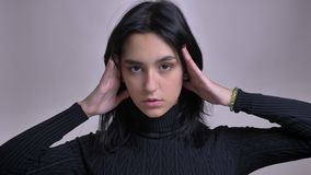 Lanzamiento del primer del modelo femenino caucásico magnífico joven que presenta delante de la cámara con el fondo aislado metrajes