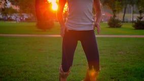 Lanzamiento del primer del varón joven y del acroyoga de entrenamiento femenino en el parque al aire libre Hombre ying en la hier metrajes