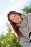 Lanzamiento del retrato al aire libre con 2 adolescentes Imagenes de archivo