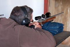 Lanzamiento del rifle del hombre Fotos de archivo