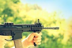 Lanzamiento del soldado con el arma automática Fotos de archivo libres de regalías