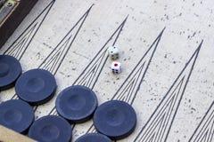 Lanzamiento del top del primer de dados del backgammon bajo luz abierta foto de archivo