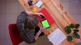 Lanzamiento del top del primer del hombre de negocios caucásico joven que hace compras en línea en la tableta con la tarjeta de c almacen de video