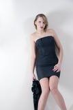 Lanzamiento interior de un modelo en un vestido negro Fotos de archivo libres de regalías