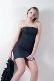 Lanzamiento interior de un modelo en un vestido negro Fotos de archivo