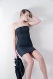 Lanzamiento interior de un modelo en un vestido negro Foto de archivo libre de regalías