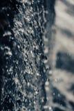 Lanzamiento macro del agua en una cascada foto de archivo