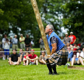 Lanzamiento pesado del hombre del tronco de los juegos de la montaña Fotos de archivo