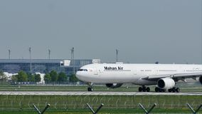 Lanzamiento plano del pájaro grande del aire de Magan del aeropuerto de Munich, MUC metrajes