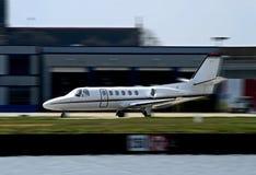 Lanzamiento privado blanco del jet corporativo Foto de archivo