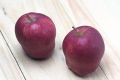 Lanzamiento rojo de las manzanas desde arriba Foto de archivo libre de regalías