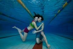 Lanzamiento subacuático de la diversión y del amor de pares fotografía de archivo libre de regalías