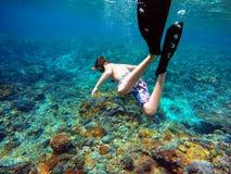 Lanzamiento subacuático de un muchacho joven que bucea Fotografía de archivo