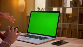 Lanzamiento trasero de la opini?n del primer del hombre de negocios joven indio que usa el ordenador port?til con la pantalla ver almacen de metraje de vídeo