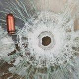 Lanzamiento a través del vidrio a prueba de balas Fotografía de archivo libre de regalías