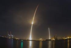 Lanzamiento y aterrizaje del cohete de SpaceX imagenes de archivo