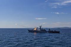 Lanzamientos búlgaros de la fragata en el Mar Negro/Bulgaria/07 19 2018 durante el ejercicio Editorial usado solamente imagen de archivo