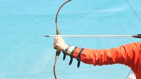 Lanzamientos de Archer con una flecha almacen de metraje de vídeo