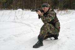 Lanzamientos de un hombre joven del autómata del Kalashnikov Imagenes de archivo