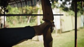 Lanzamientos del deportista de una cebolla en la competencia del tiro al arco almacen de metraje de vídeo